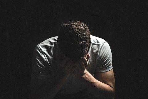 絶望する男性の画像