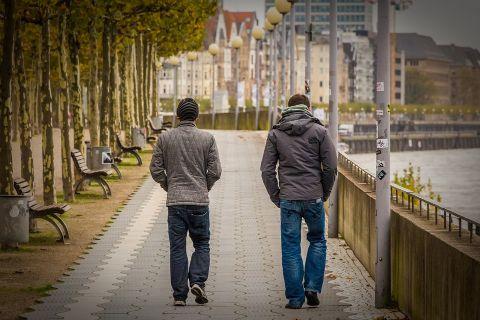 散歩する男性の画像