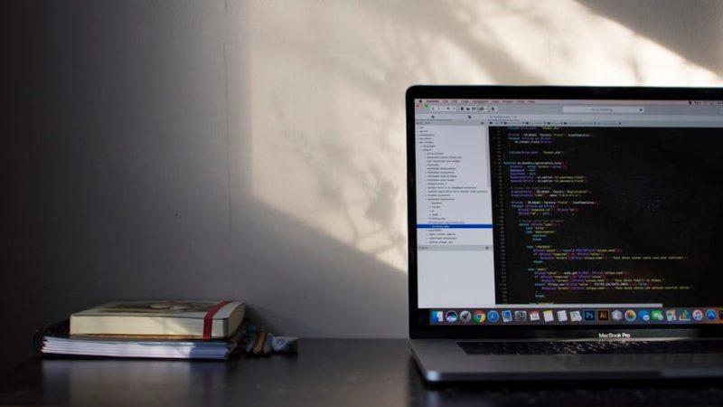 プログラムが映し出されたパソコンの画像