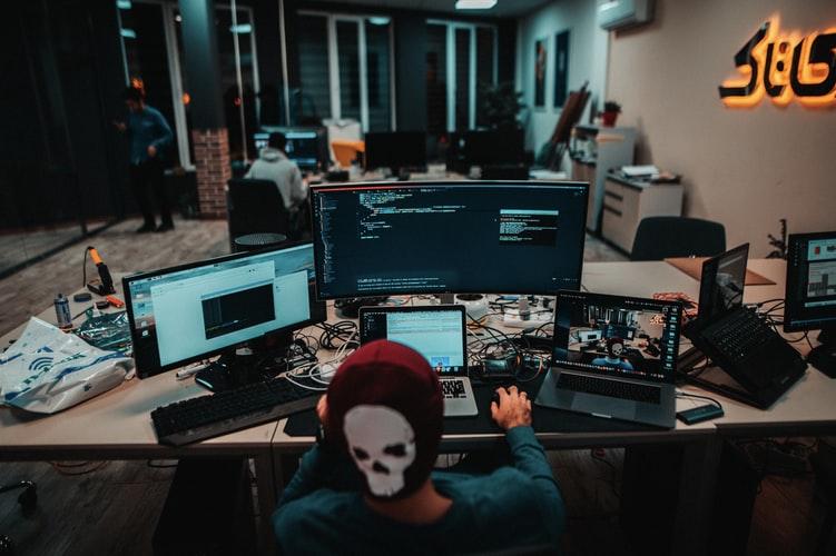 パソコン作業をする男性の画像