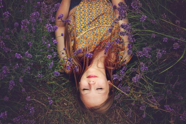 花畑に寝転ぶ女性の画像