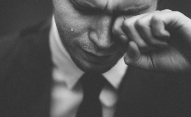 泣く男性の画像
