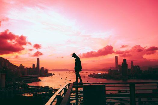 孤独に立ちすくむ男性の画像