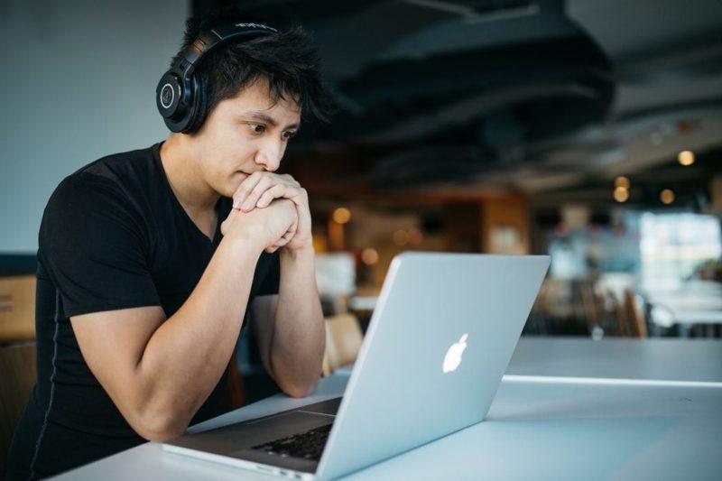 パソコンを見る人の画像