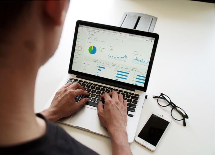 パソコンを操作する男性の写真