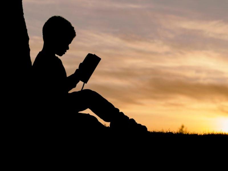 読書をする少年の画像