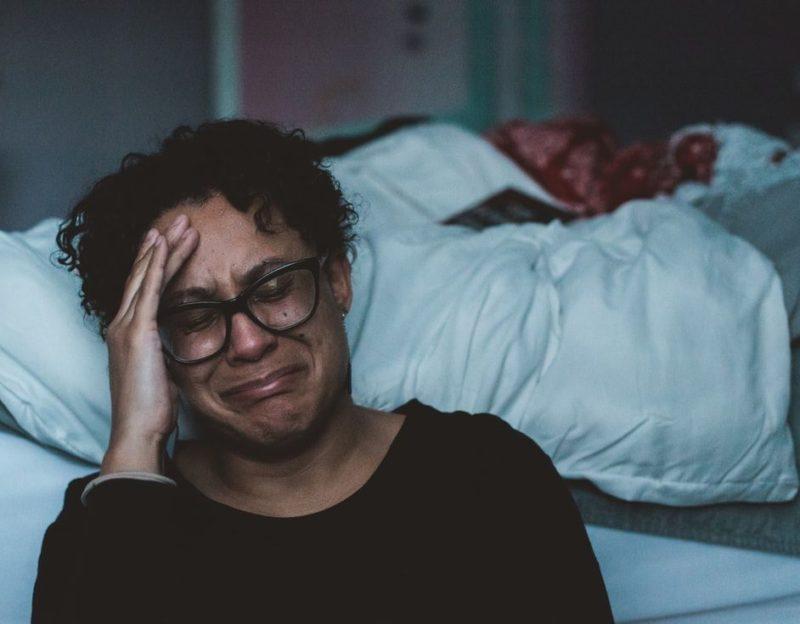 悲しんでいる女性の画像
