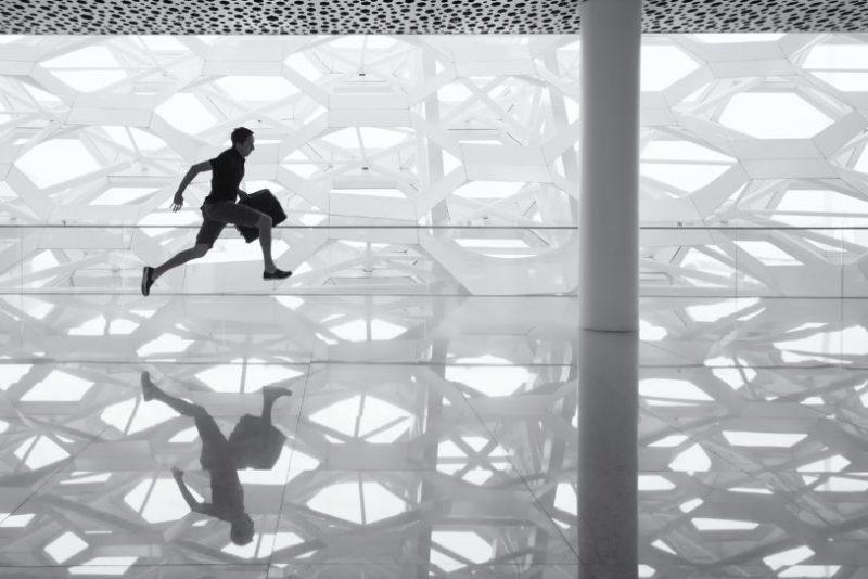 走る男性の画像