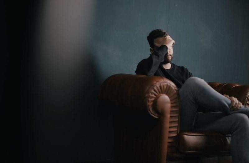 悲しむ男性の画像