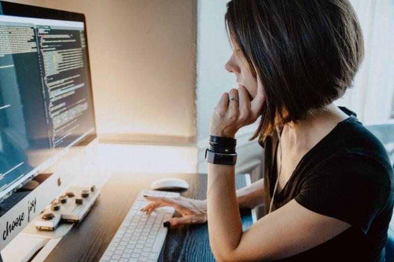 パソコンをする女性の画像